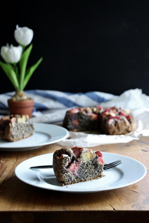 Fruchtiger Mohnkuchen mit Rhabarber, vegan