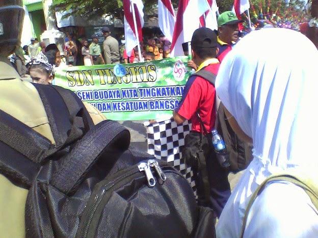 Tema yang diusung SDN Tingkis karnaval Kecamatan SInggahan Tuban 2014