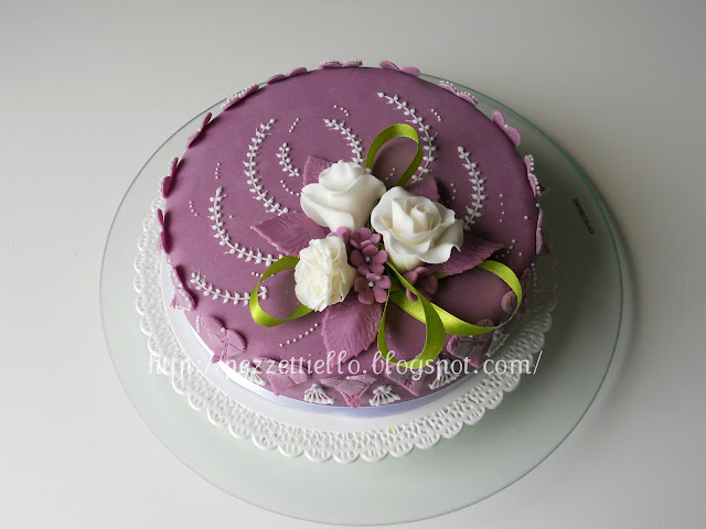 torta decorata in pasta di zucchero con fiori in gum paste