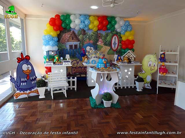Mesa decorativa provençal simples para festa de aniversário infantil tema Galinha Pintadinha