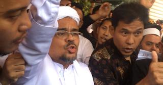 Acungkan Jempol, Habib Rizieq Masuk Ke Ruang Pemeriksaan