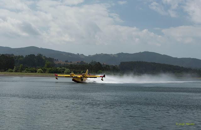 bombardier cl-415 amerizando contraincendios Asturias
