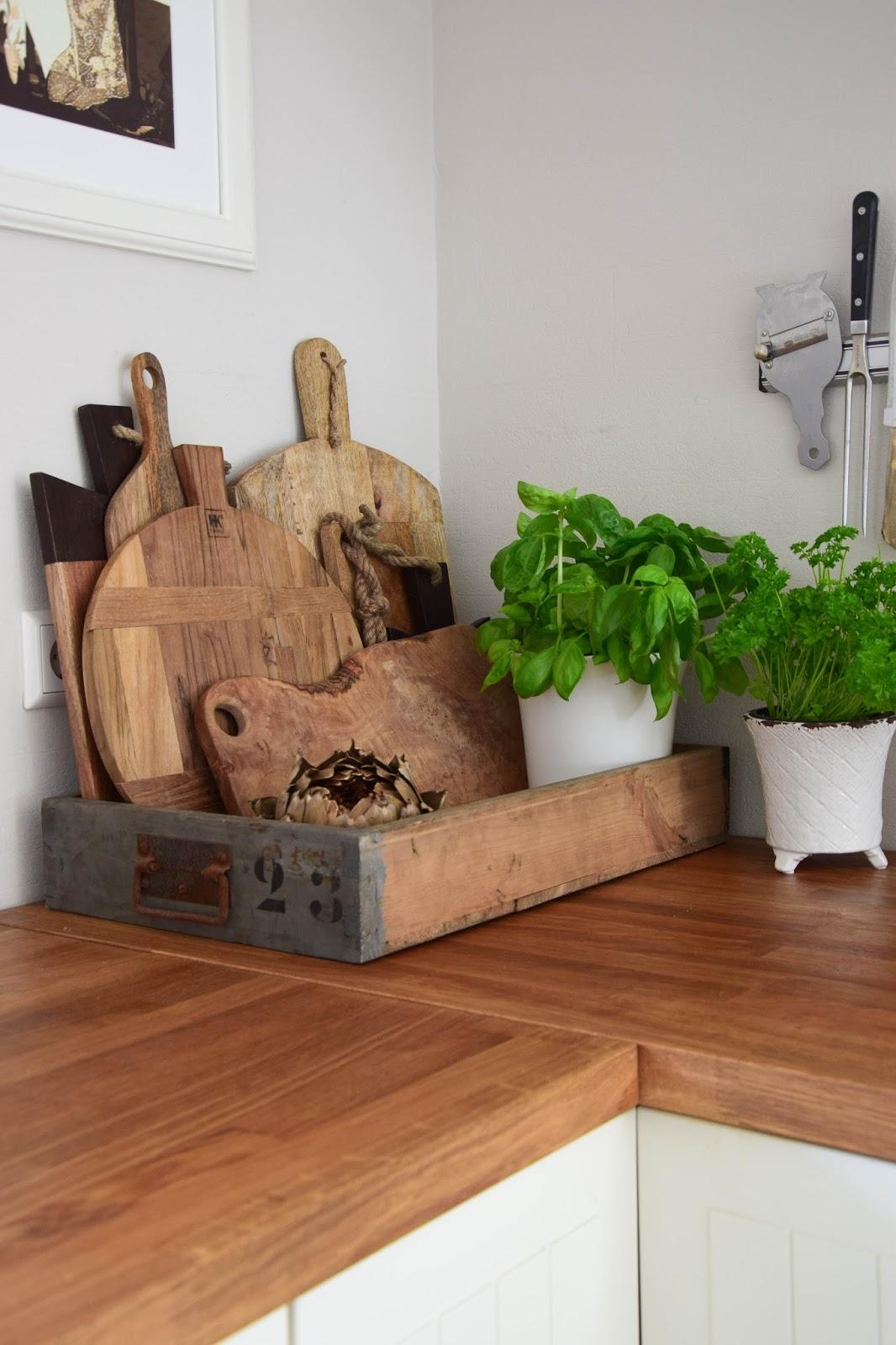 Ideen zur Aufbewahrung für eure Schneidebretter in der Küche: mit einer Holzkiste. Stauraum Holzbretter Landhausküche Auswahl der schönsten Schneidebretter aus Holz