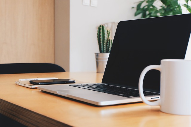 laptop diatas meja