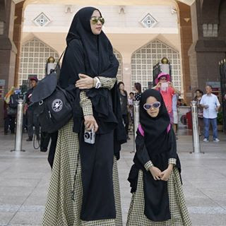 foto ibu dan anak berhijab