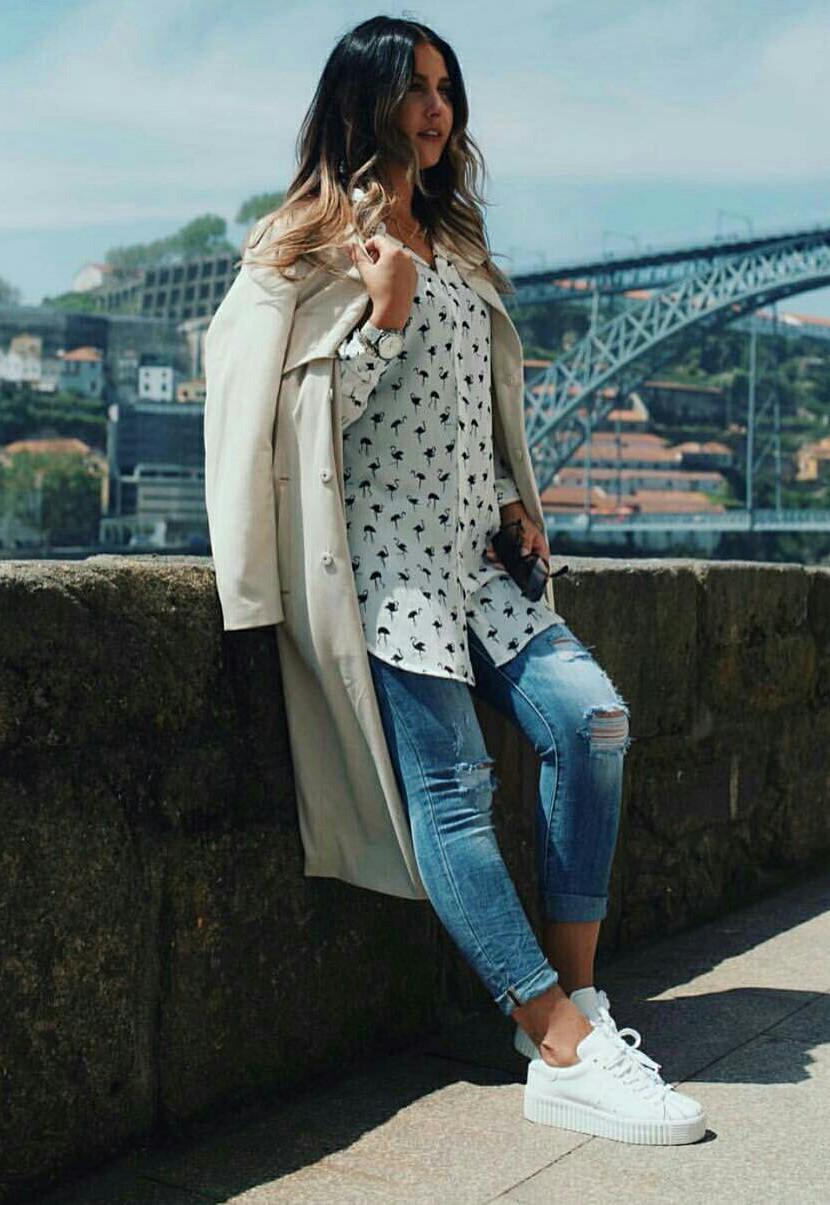 Look para meia estação com calça jeans e trench coat