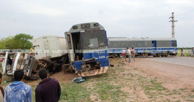 Ocho heridos en Avia Terai por choque entre camión y un tren de pasajeros