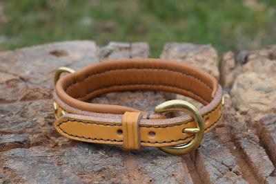 Collare per Jack Russell realizzato in cuoio chiaro con imbottitura in pelle, fibbia a mezzaluna e 15 borchie a rombo in ottone, fatto su misura e cucito a mano