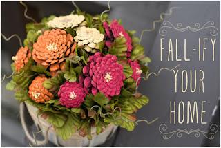 centro tavola con fiori e pigne