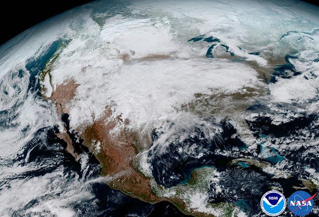 Cơn bão tràn từ bắc cực xuống khiến cả khu vực Bắc Mỹ chìm trong giá lạnh. Hình ảnh: NOAA/NASA.