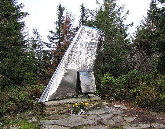 Pomnik poświęcony ofiarom katastrofy lotniczej.
