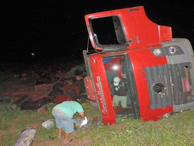 Caminhão tombou na BR-242 quando transportava carga de bananas (Foto: blogbraga/Edivaldo Braga)