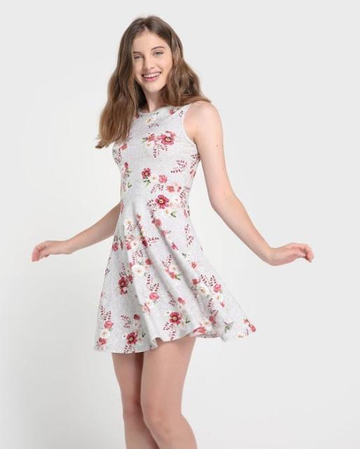 Confeccionado em malha, o vestido apresenta modelagem godê, que possui a saia ampla