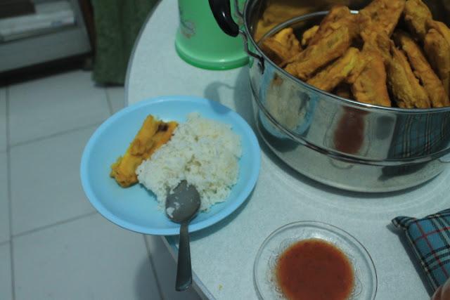 Nasi yang dikombinasikan dengan pisang goreng tambah sambal