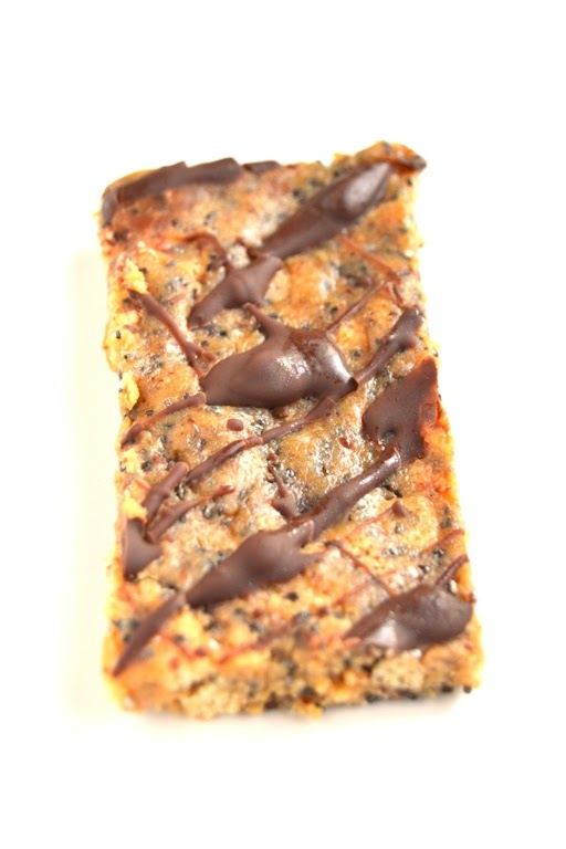 These Easy Protein Bars contain only 7 ingredients and take 5 minutes to make. Super tasty and much more affordable than store-bought bars! www.nutritionistreviews.com