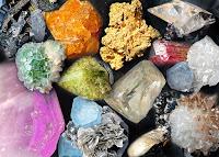 Çeşitli renk ve yapıda mineral taşlar ve kristaller