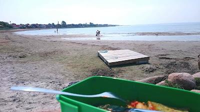 äter min matlåda vid stranden på Kvickbadet