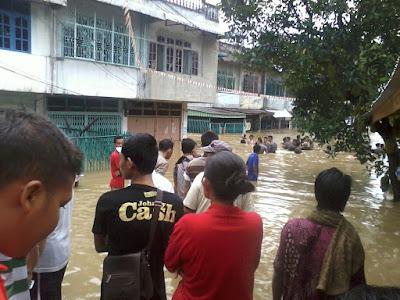 subhanallah, tetap laksanakan sholat berjamaah walau musibah banjir melanda