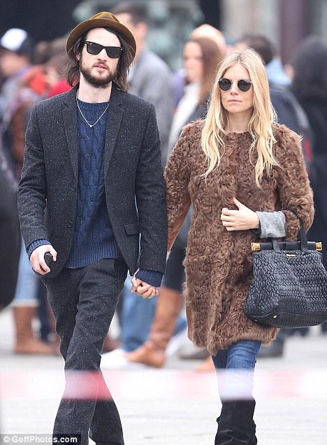 Dailyceleb Sienna Miller Is Expecting First Baby With Boyfriend Tom Sturridge