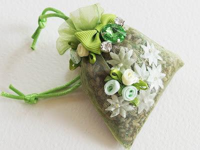 https://www.alittlemarket.com/accessoires-de-maison/fr_sachet_de_lavande_bio_du_jardin_comme_un_jardin_odorant_fleurs_et_strass_ivoire_et_vert_tendre_-18161433.html