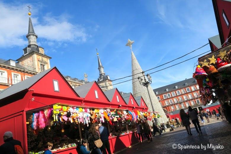 マドリードのクリスマスマーケットで買い物をする人々