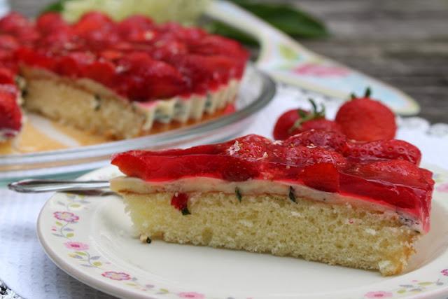 Erdbeertorte mit Basilikum-Puddingcreme und Holunderblüten-Guss von Sugarprincess