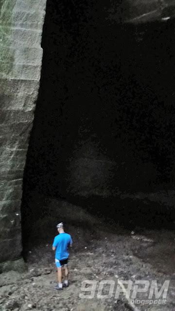 Il mio compagno di pedalata, Luca, mentre esplora l'interno di una delle cave di Cagno e Malnate.