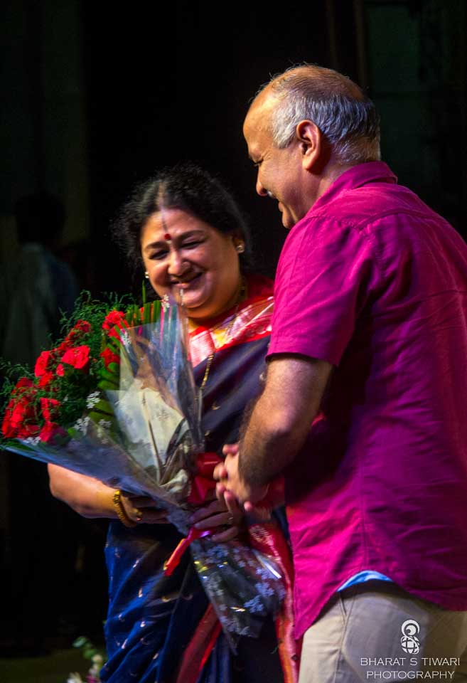 Manish Sisodia welcoming Shubha Mudgal