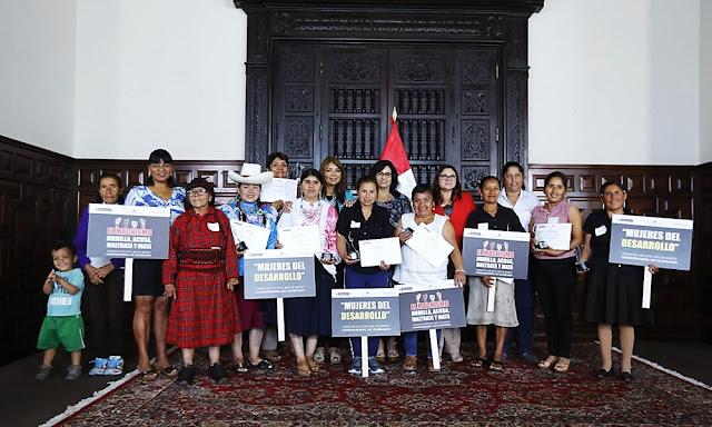 Ceremonia de reconocimiento a diez mujeres de programas sociales