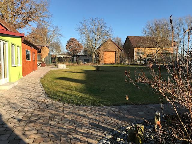 viel Schatten, wenig Sonne im Garten am Ende des Jahres (c) by Joachim Wenk