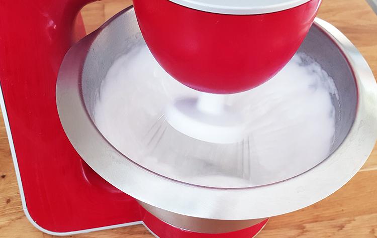 Monter blancs d'oeufs pour faire une meringue