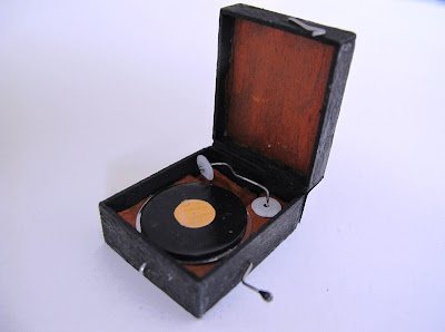 1/12-scale vintage portable record player.