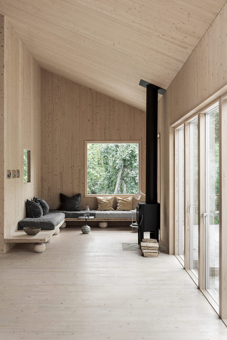 Natural wood panels on the walls and ceiling | Design by Gabriella Gustafson, styling by Annaleena Leino Karlsson, photo by Erik Lefvander via Residence. Walls with wooden panels, ceilings with wooden panels, natural wood wall cover, contemporary cabin design, minimalistic cabin design