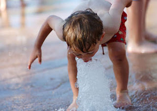 Air merupakan unsur yang penting dalam kehidupan insan gobekasi Jangan Sepelekan Kebutuhan Cairan Pada Anak-Anak Anda