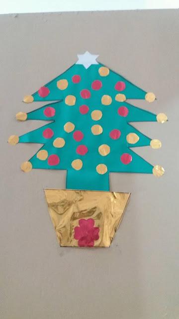 Decoração de porta com árvore de Natal