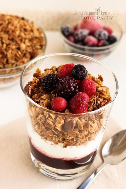 Mandulás granola joghurttal és erdei gyümölcs lekvárral