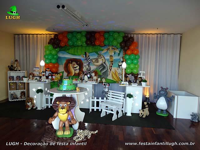 Decoração mesa provençal com o tema Madagascar para o bolo de festa de aniversário infantil - Barra RJ