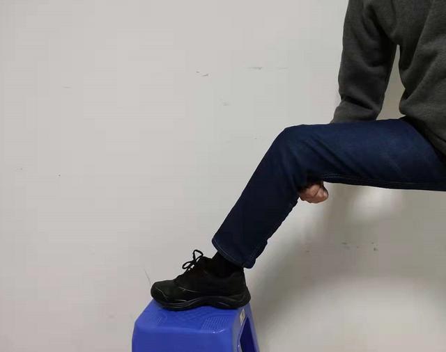 後腰痛,腿堵塞,拉一拉腿關節,疏通經絡,腰不痛了,還越來越好(委中穴)