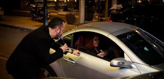 Ασύλληπτες στιγμές: Γνωστός τραγουδιστής βγαίνει στο δρόμο και ξεσηκώνει τους περαστικούς