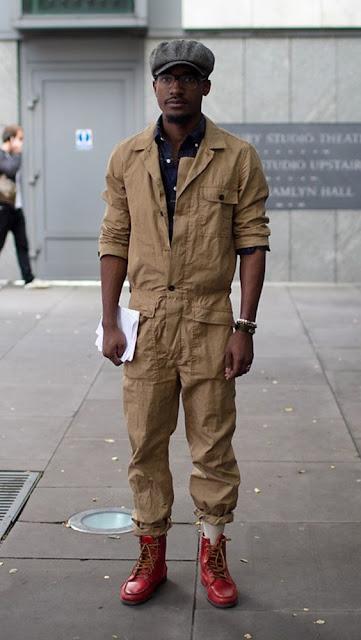 Look masculino com macacão, boina, bota, óculos