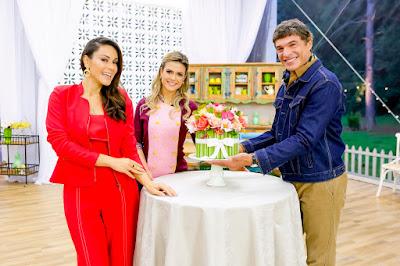 """Nadja, Beca e Olivier com a referência do """"Bolo Buquê"""" (Crédito: Gabriel Cardoso/SBT)"""