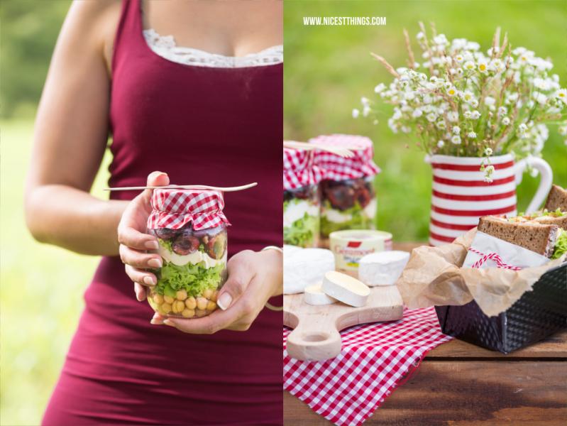Picknick Rezept Salat im Glas mit Käse, Kirschen, Speck, Kichererbsen