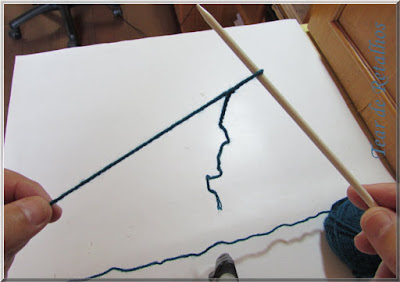 Foto mostrando uma agulha de tricô com um nó corrediço, primeiro ponto do trabalho