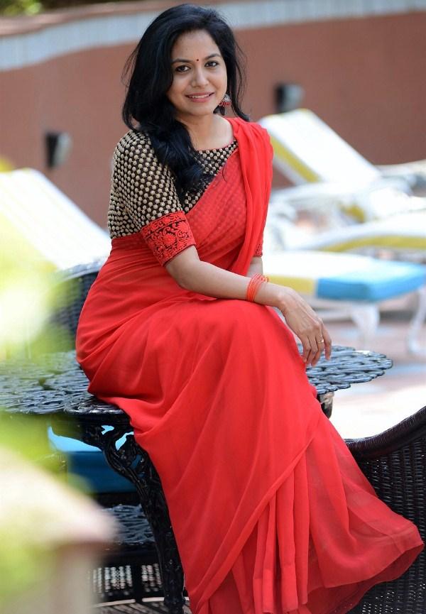 Telugu Singer Sunitha Upadrashta Red Saree Images