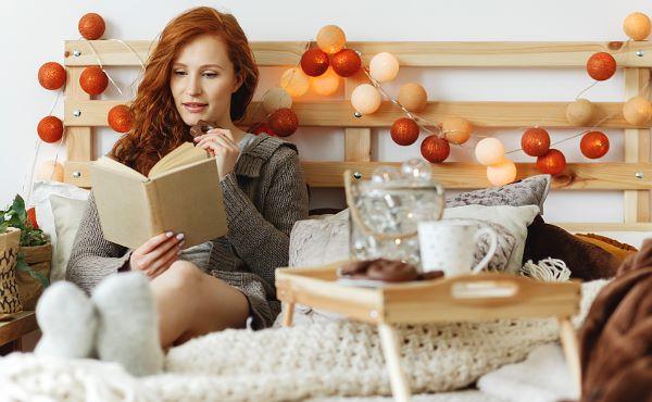 хюгге дома, хюгге когда ты один дома, хюгге наедине с самим собой, хюгге гирлянды, хюгге чтение, хюгге в кровати, хюгге на диване, что такое хюгге, как создать хюгге - DayDreamer Blog