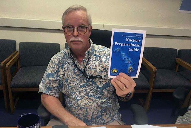 Toby Clairmont, chefe da Agência para Emergências de Havaí exibe guia para os cidadãos em caso de ataque.