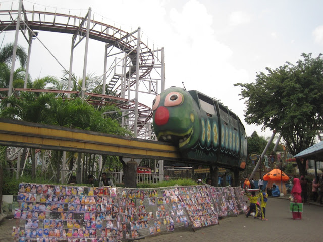 Wahana kereta ulat di Taman Remaja