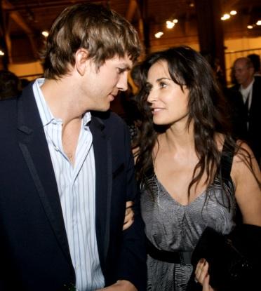 Foto de Demi Moore mirando a los ojos de Ashton Kutcher