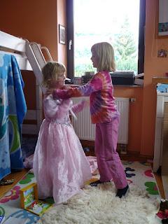 Kinder spielen in einem Zimmer