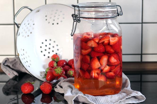 Zum Ende der Saison... Erdbeeressig selbermachen / Mo'Beads / Monika Thiede